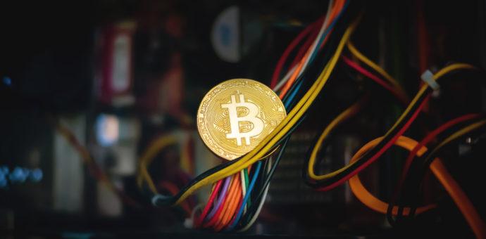 Moeda física de Bitcoin apoiada em fios
